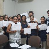 Dr. Gustavo Muniz e a equipe recebendo o certificado de formação em cuidador de idosos